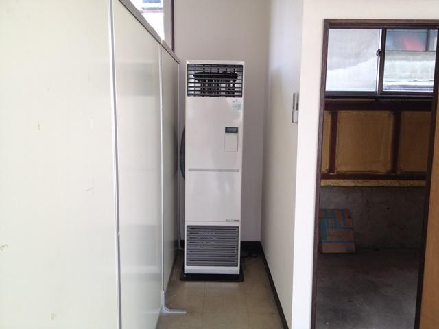 帯広市西8南16丁目渡辺ビル内観暖房機器+階段下収納入り口